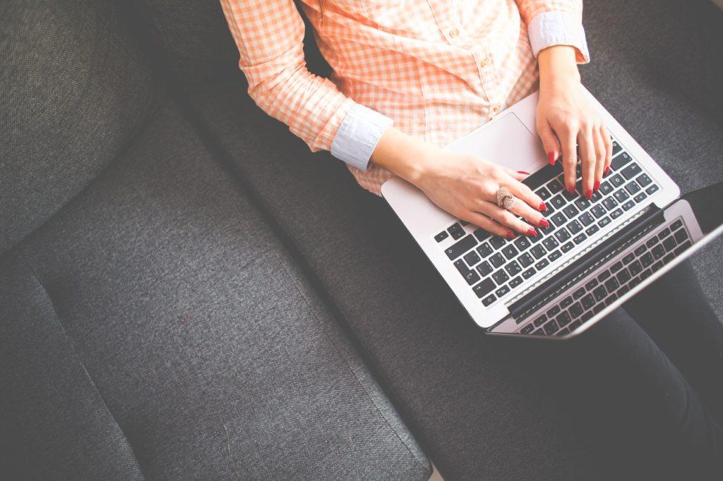 Je ne sais pas si freelance sur le travail d'un emploi traditionnel? Voici cinq raisons de choisir la pige et trois raisons que vous ne voudrez peut-être pas.