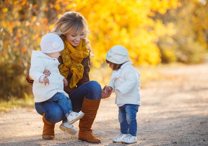 Fournisseur de garde d'enfants - une agitation latérale flexible pour les nouvelles mamans.