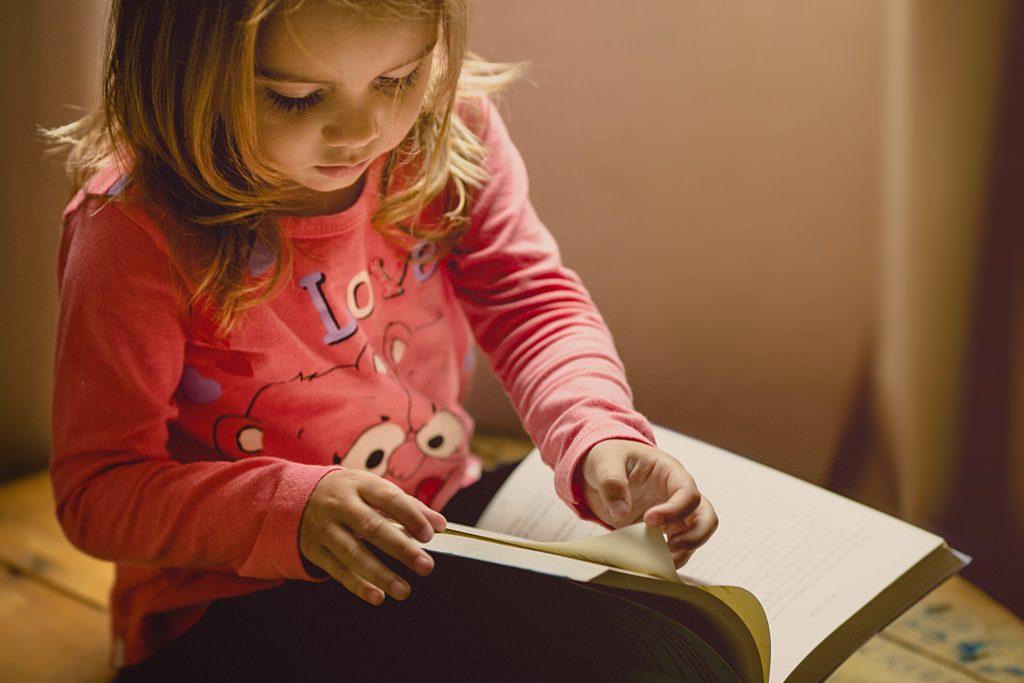Façons d'occuper les enfants d'âge scolaire pendant que vous travaillez à domicile